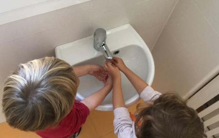 Dos alumnos de Alaria Escuelas Infantiles nos enseñan a lavarnos las manos en el Día Mundial del Lavado de Manos