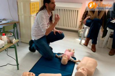 El experto de la Cruz Roja nos enseña la maniobra de Heimlich para niños y lactantes ante una obstrucción parcial o total de las vías aéreas y así aumentar las posibilidades de supervivencia y reducir las secuelas en caso de nuestro hijo (o cualquier otra persona) se esté atragantando.