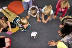 Niños jugando en el patio de la escuela infantil