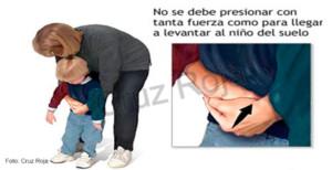 En caso de atragantamientos en niños y lactantes hay que realizar la maniobra de Heimlich con fuerza pero sin llegar a levantar al niño del suelo.